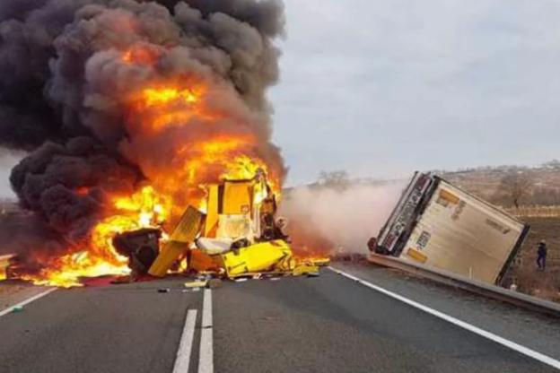 Accident grav! Un autocamion s-a răsturnat şi a luat foc pe DN 66. Șoferul a fost găsit mort 3