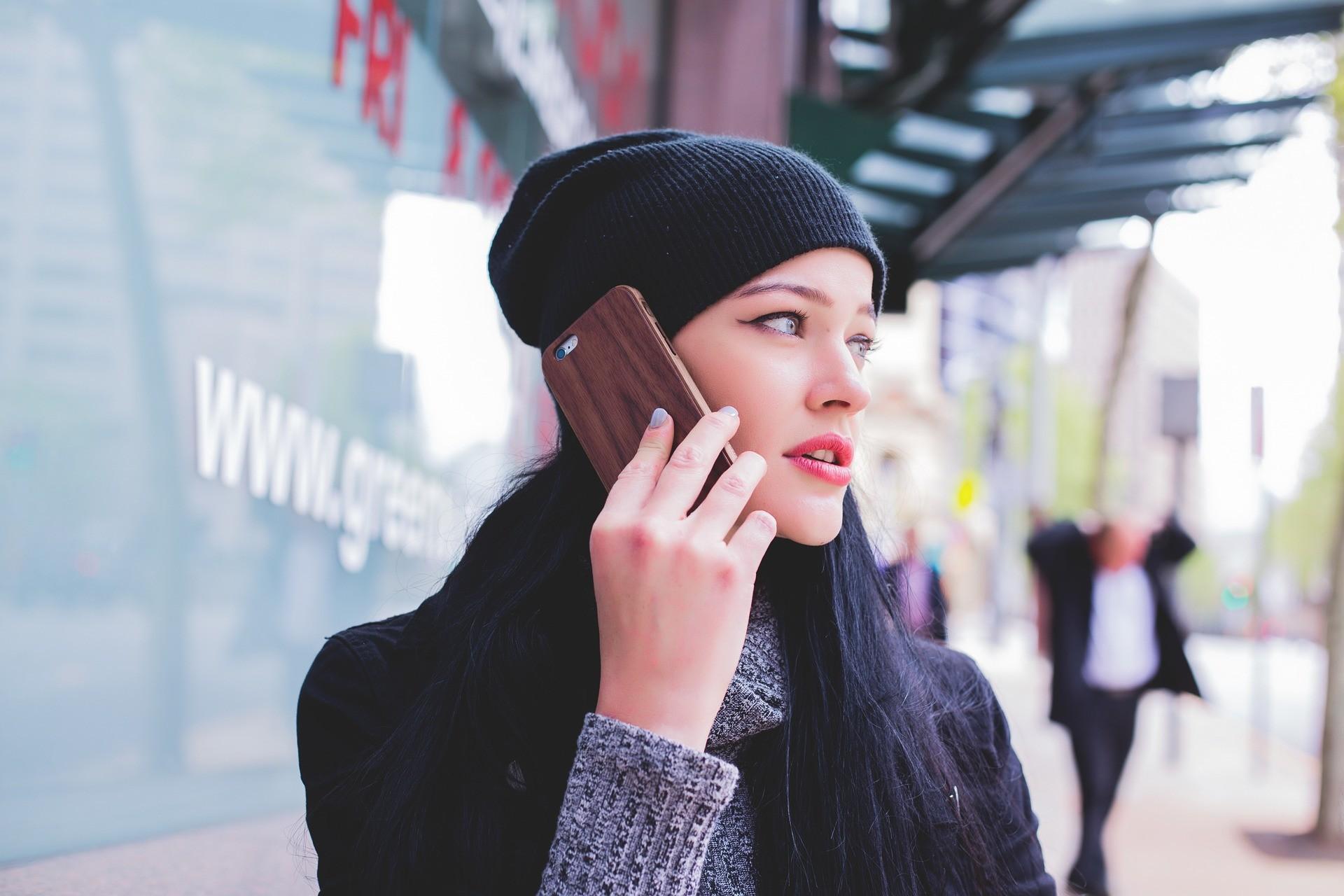 Un operator de telefonie mobilă, somat să înceteze scumpirea abonamentelor