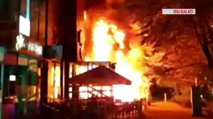 Incendiu devastator la un club celebru din Mamaia. Oamenii au sărit pe geamuri. VIDEO