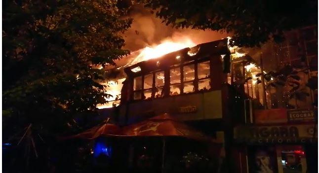 ALERTĂ! Incendiu la o casă de pariuri din Craiova! Zeci de oameni evacuați! 59
