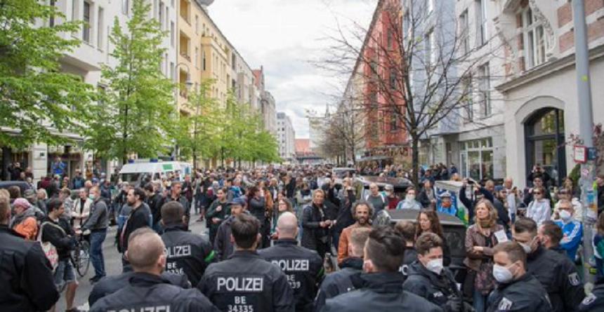 FOTO! VIDEO! O sută de arestări la Berlin, după ciocniri la manifestaţii împotriva izolării impuse din cauza covid-19 1