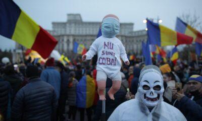 ALERTĂ! Proteste în Bucureşti şi în marile oraşe faţă de noile restricţii! Oamenii dau foc măștilor de protecție! Jandarmii intervin! 23