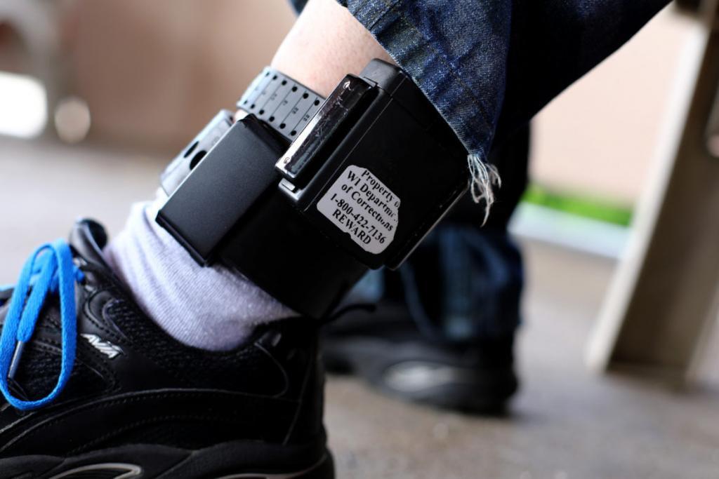 Legea care prevede utilizarea brăţării electronice pentru monitorizarea prin GPS în cadrul unor proceduri penale intră în vigoare vineri 1