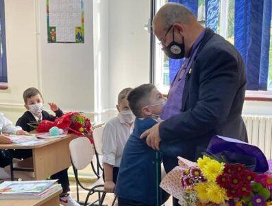 Newsbucuresti.ro: Bunicul Piedone – apariție surpriză la deschiderea școlii unde învață nepotul său; Ce mesaj a transmis deputatul Vlad Popescu Piedone, fiul edilului de la Sectorul 5 / FOTO 14